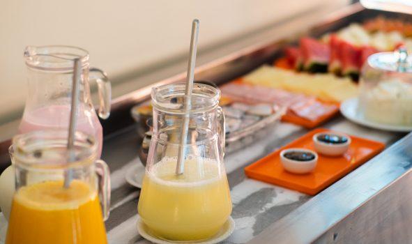 Café da Manhã com sucos e frios